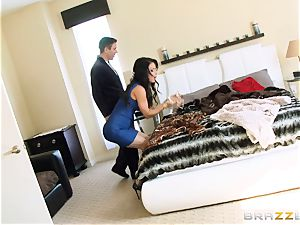 Jessica Jaymes pummels her stud in her fresh home